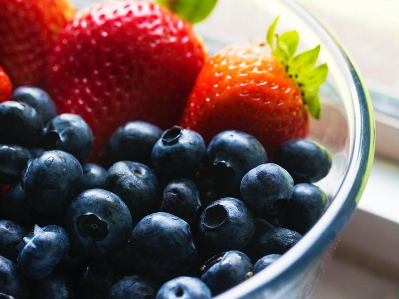 strawberries-blueberries-bowl-139751